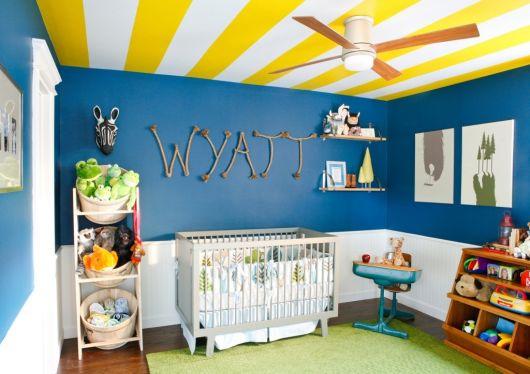 quarto de bebê azul e amarelo no teto