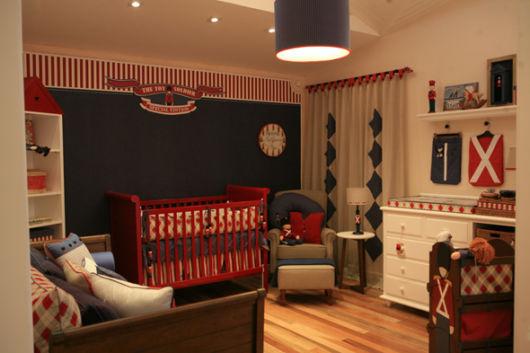 quarto de bebê azul marinho e vermelho