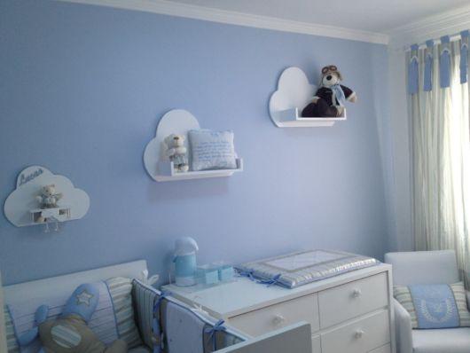 quarto de bebê azul nuvens prateleiras