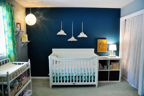 quarto de bebê azul nuvens