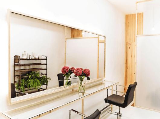 salão de beleza pequeno decorado branco