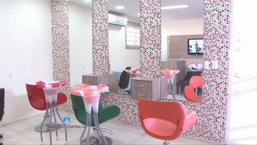 salão de beleza pequeno decorado detalhes rosa