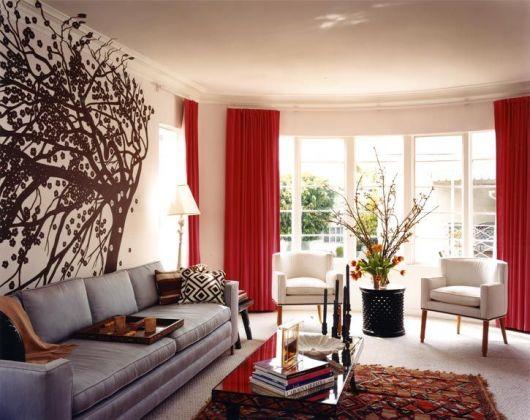 salas com sofá cinza cortina vermelha