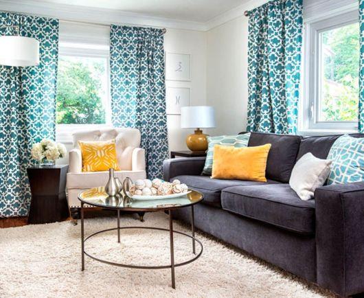 salas com sofá cinza cortina