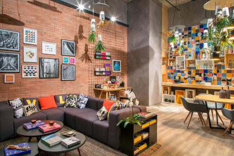 salas com sofá cinza moderna