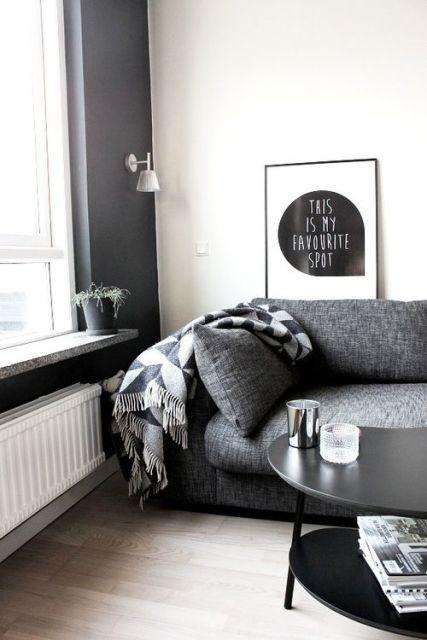 salas com sofá cinza objetos