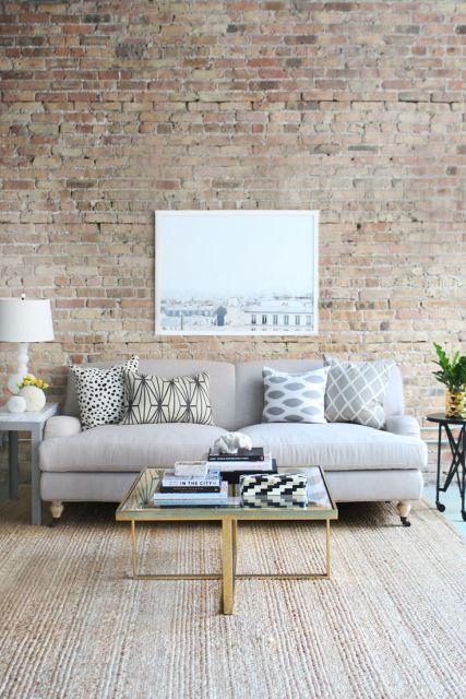 salas com sofá cinza parede tijolo