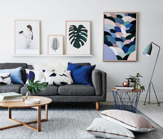 salas com sofá cinza quadros decorativos