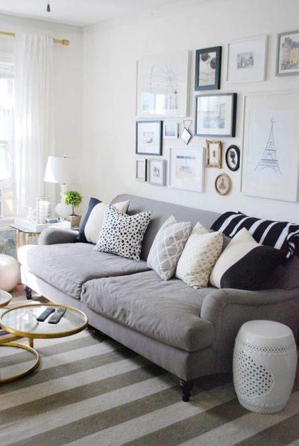salas com sofá cinza tapete listrado