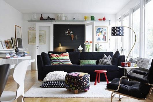 salas com sofá preto almofada