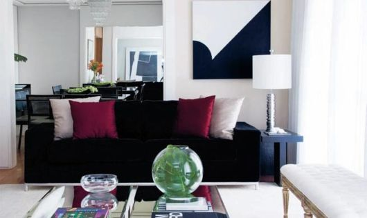 salas com sofá preto almofadas como decorar