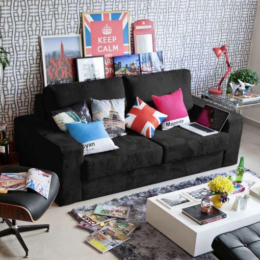 salas com sofá preto almofadas modernas