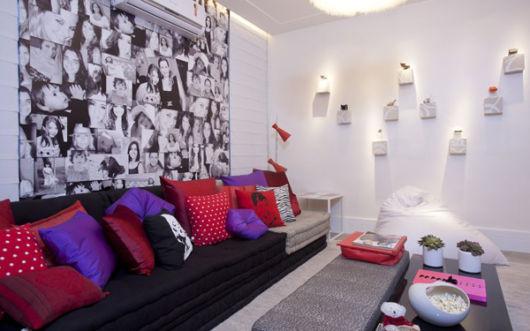 salas com sofá preto alomofadas colorida
