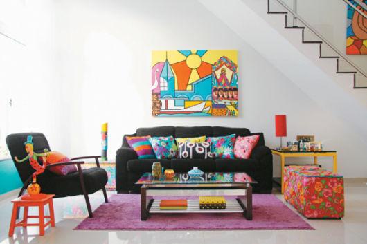 salas com sofá preto alomofadas coloridas