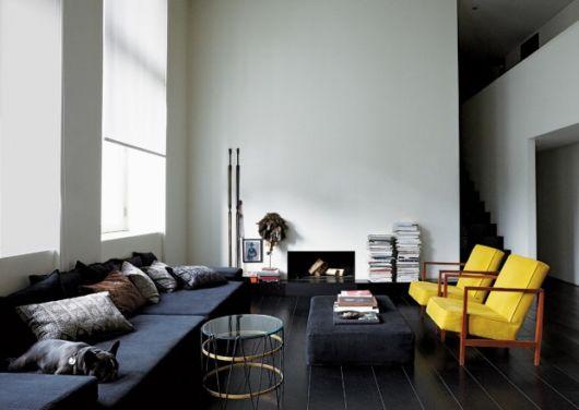 salas com sofá preto amarelo decoração