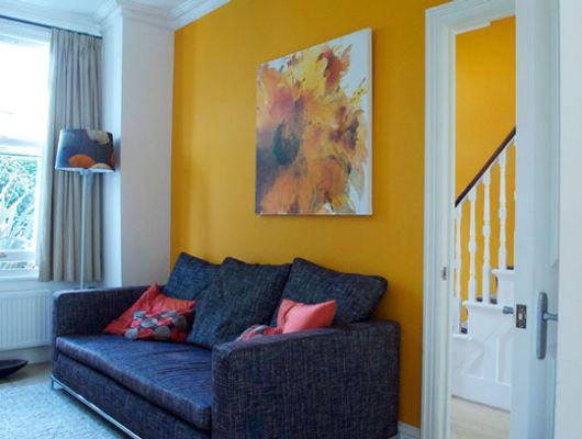 salas com sofá preto com amarelo decoração moderna