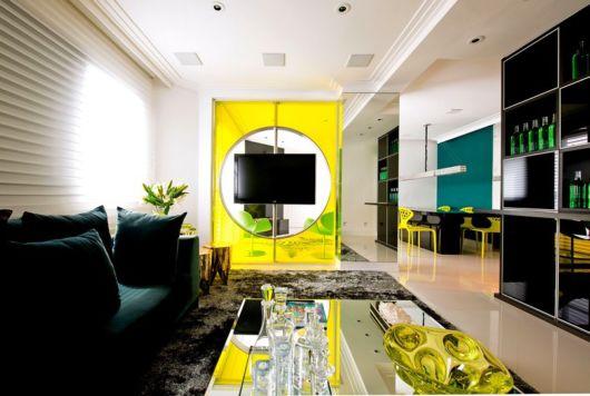salas com sofá preto com amarelo