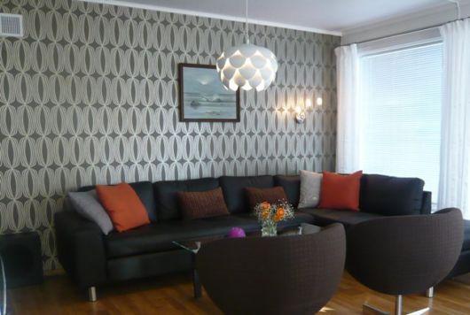 salas com sofá preto com papel de parede