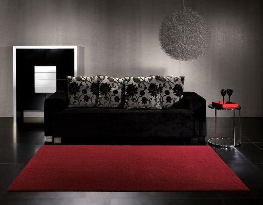 salas com sofá preto com tapete simples