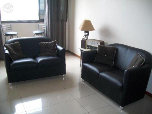 salas com sofá preto couro pequeno