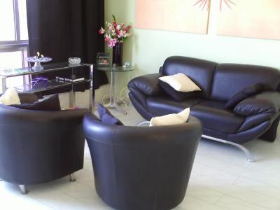 salas com sofá preto couro