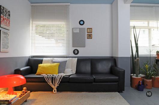 salas com sofá preto decoração neutra ideias