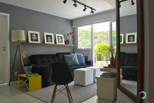 Sala De Estar No Auto Cad ~ Sala com sofá preto com parede cinza e acessórios em cores neutras