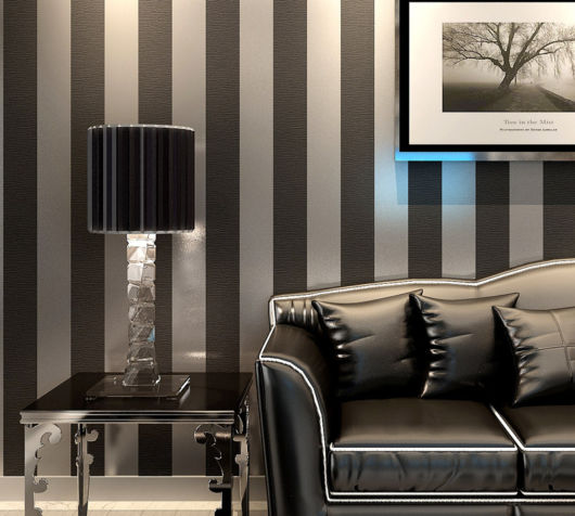 salas com sofá preto papel de parede