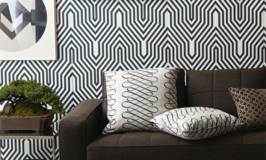 salas com sofá preto papel parede
