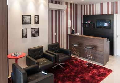 salas com sofá preto vermelho