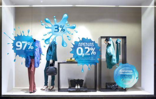 vitrine com adesivo azul
