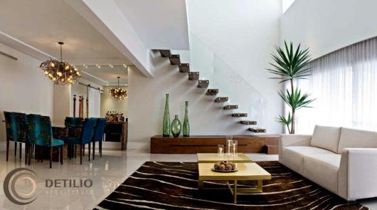 sala-de-estar-e-jantar-integradas-com-escada
