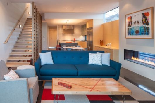 sala-de-estar-e-jantar-integradas-escadas-pequena