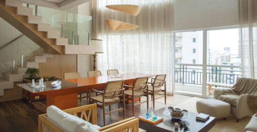 sala-de-estar-e-jantar-integradas-moderna-com-escada