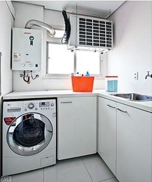 Na lavanderia, ainda há aparelho condensador do ar condicionado e aparelho de gás encanado