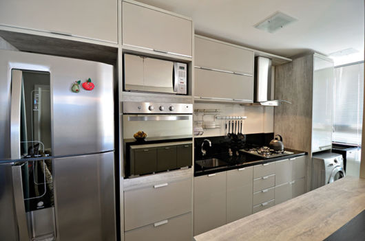 cozinha planejada com máquina de lavar roupas