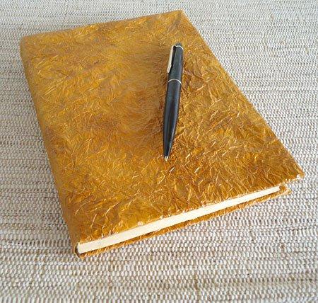 papel de seda amassado caderno