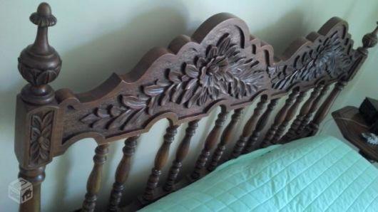 camas de madeira com madeira entalhada