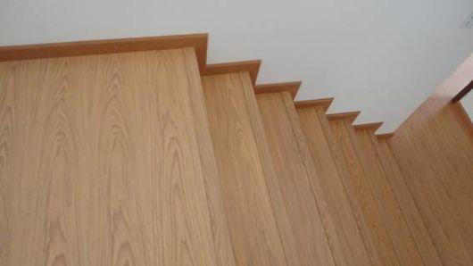 piso imita madeira escada