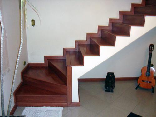 escada com piso que imita madeira