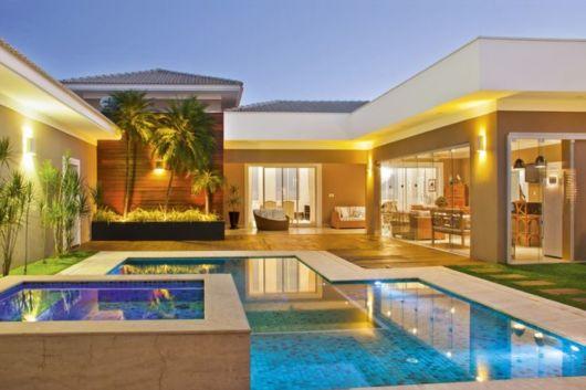 casa com varanda e piscina