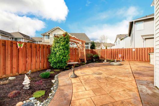 cerca-de-madeira-no-jardim