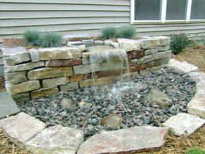 chafariz para jardim com pedras