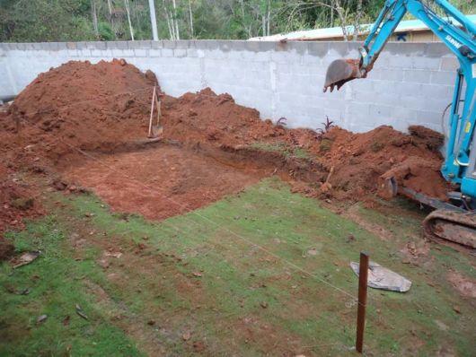 escavar piscina
