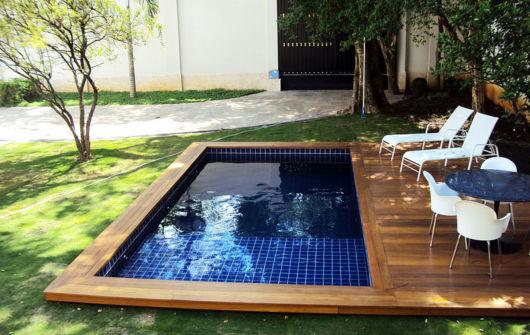 piscina pequena com deck de madeira