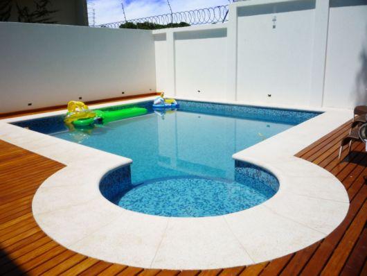 piscina de alvenaria com pastilhas