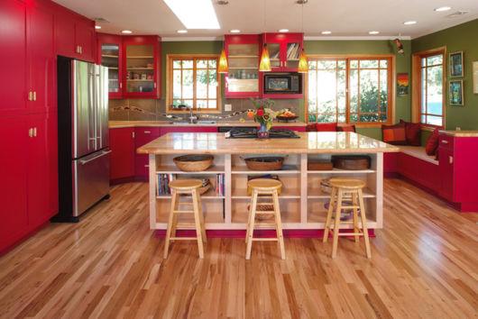 cozinhas-de-luxo-piso-de-madeira-colorida