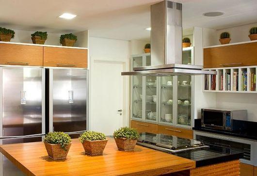 cozinhas-de-luxo-com-cristaleira-moderna