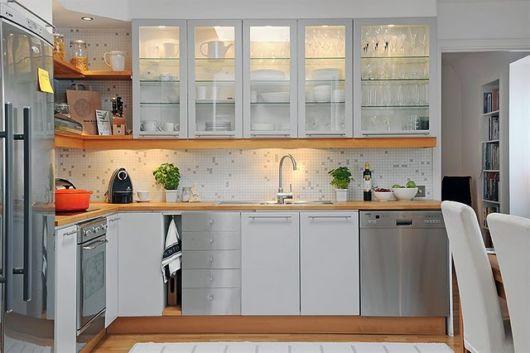 cozinhas-de-luxo-com-cristaleira-na-parede