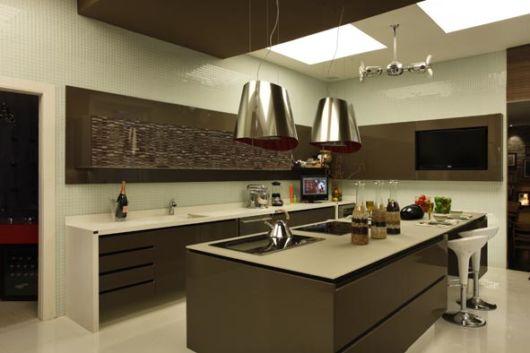 Veja modelos lindos de cozinhas de luxo com cristaleiras de diferentes
